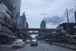 เห็นตึก Singha Complex อยู่ทางซ้ายมือลิบ